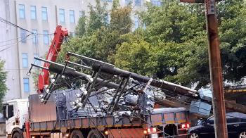 吊車吊臂不慎勾到電線  基隆七堵一度803戶停電