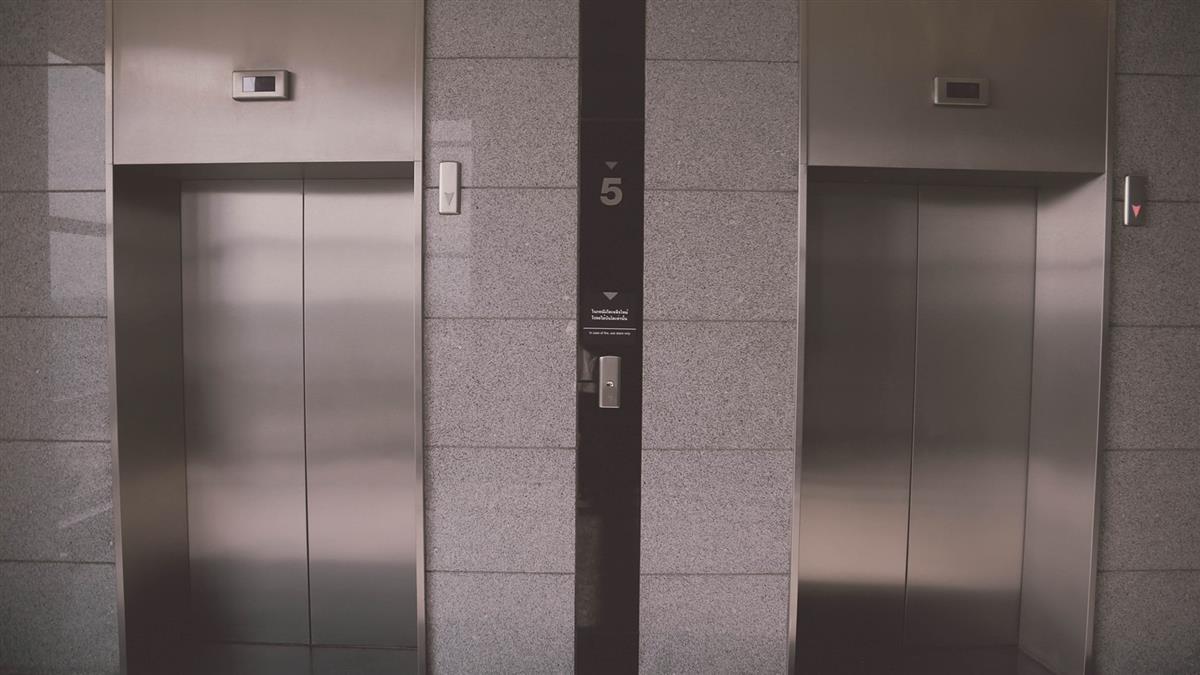 搭電梯到13樓門沒開!送貨妹狂按5分鐘 一轉身糗了