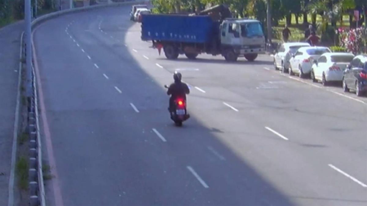 獨/工程車疑手煞車失靈 倒車滑行衝馬路又轉彎撞車