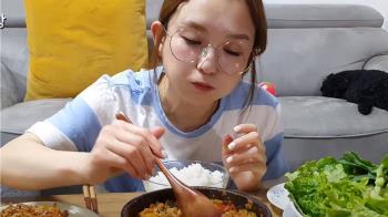 正妹吃播挺「泡菜是南韓的」 慘被小粉紅圍攻辱華急道歉