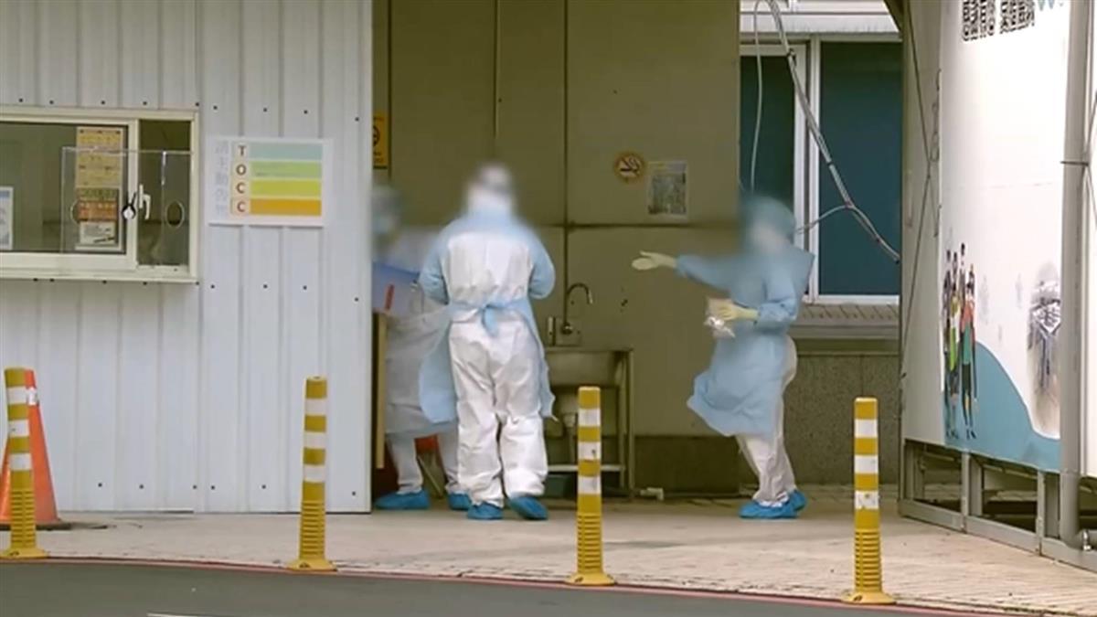 桃園某醫院外頭排隊 民眾套塑膠袋排自費採檢