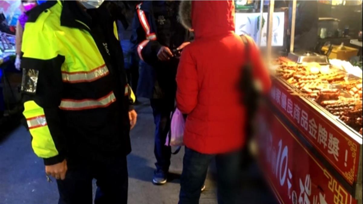 霸氣?紅衣女揹玩具長槍逛夜市 警認違社維法要開罰