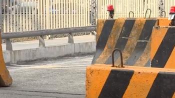 台中一座橋變成障礙賽道 行人恐遭機車單車撞