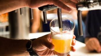 酗酒男腹痛狂喘1天亡 醫曝3關鍵徵兆:常誤認是胃病