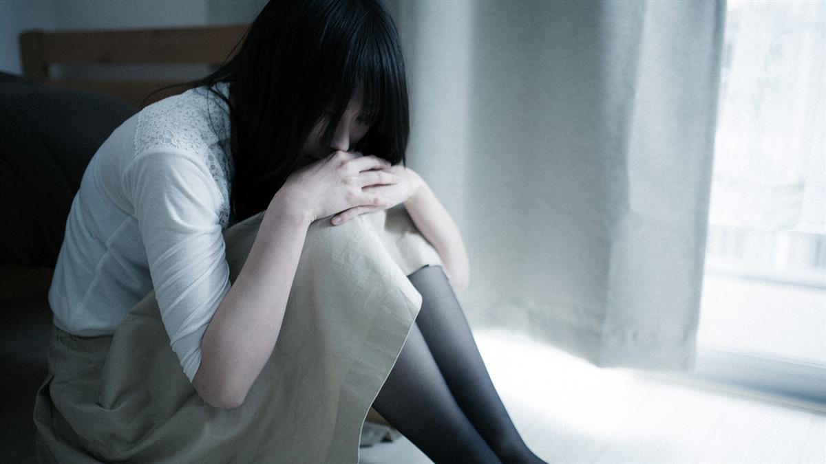 裝睡也難逃!少女遭親爸、繼祖父侵犯 忍3年崩潰離家