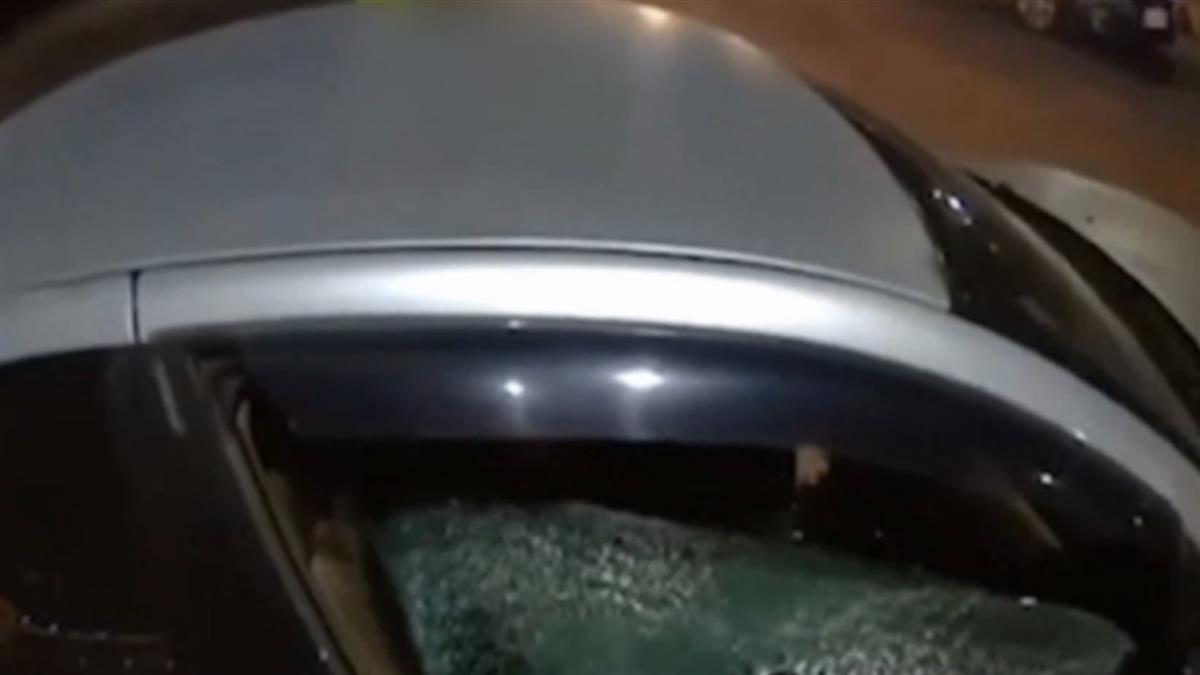 轎車故障?新月橋堤外道危險逆向 騎士攔車一拳碎車窗