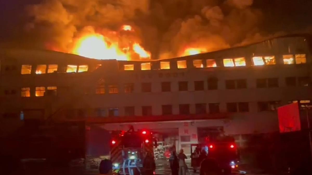 台南電器工廠深夜大火 百名消防員出動急灌救