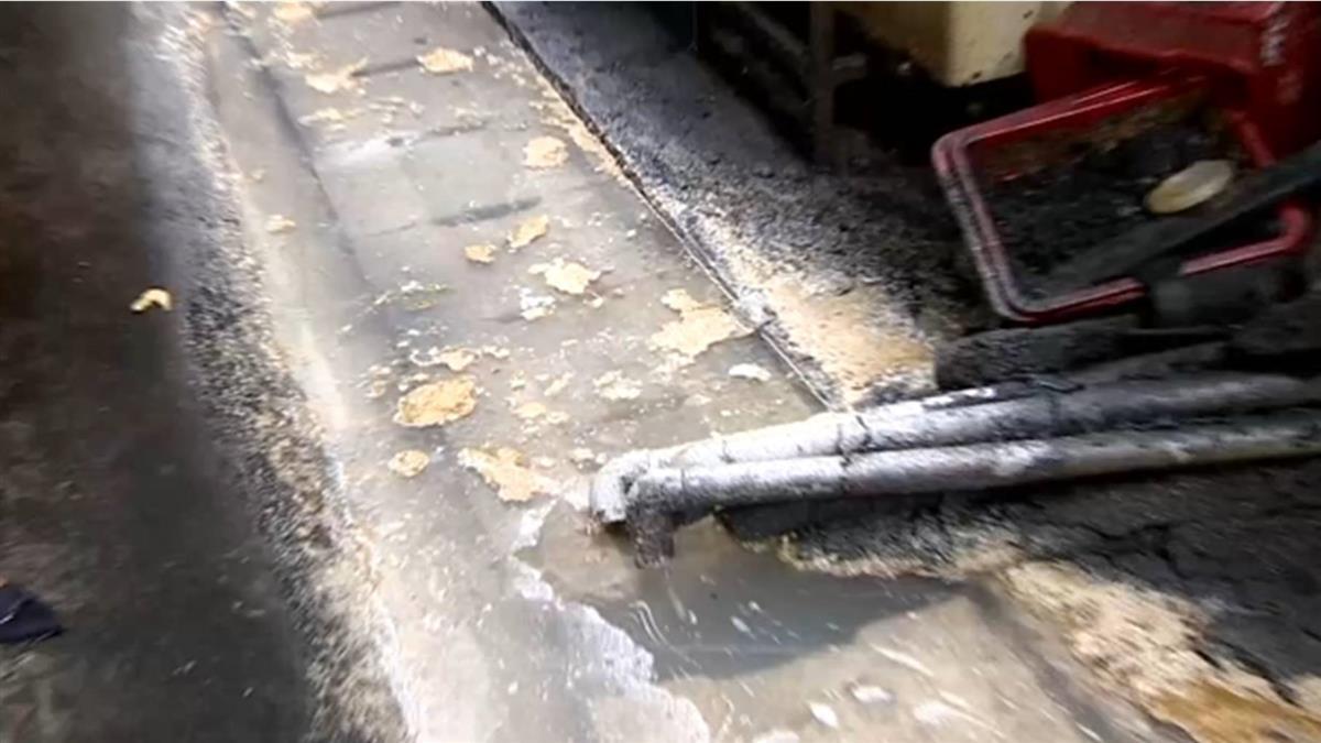 獨/餐廳排放汙水堵塞水溝? 環境髒臭 居民氣炸