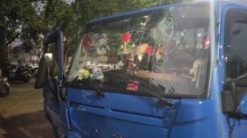 失控貨車衝上國小接送區 九歲童與阿姨被撞嚴重骨折
