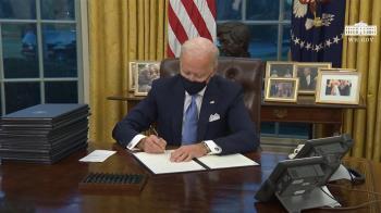 拜登簽17項命令逆轉川普政策  重返WHO、巴黎協定