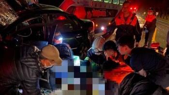 快訊/台東轎車跨道撞客運「車頭全毀」 男駕駛命危送醫