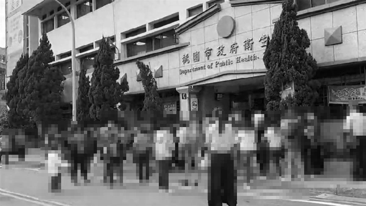 桃園2疫調人員腹瀉採檢 衛生局大消毒百人站門外