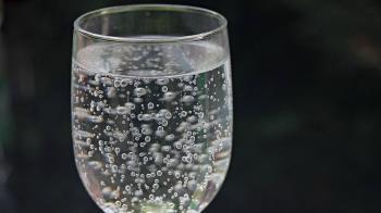 「氣泡水」當水喝? 這些人當心胃食道逆流