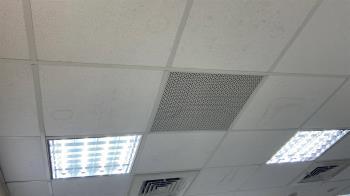 回家發現空調開著 3寶媽以為遭小偷...驚見「有人住在天花板裡」