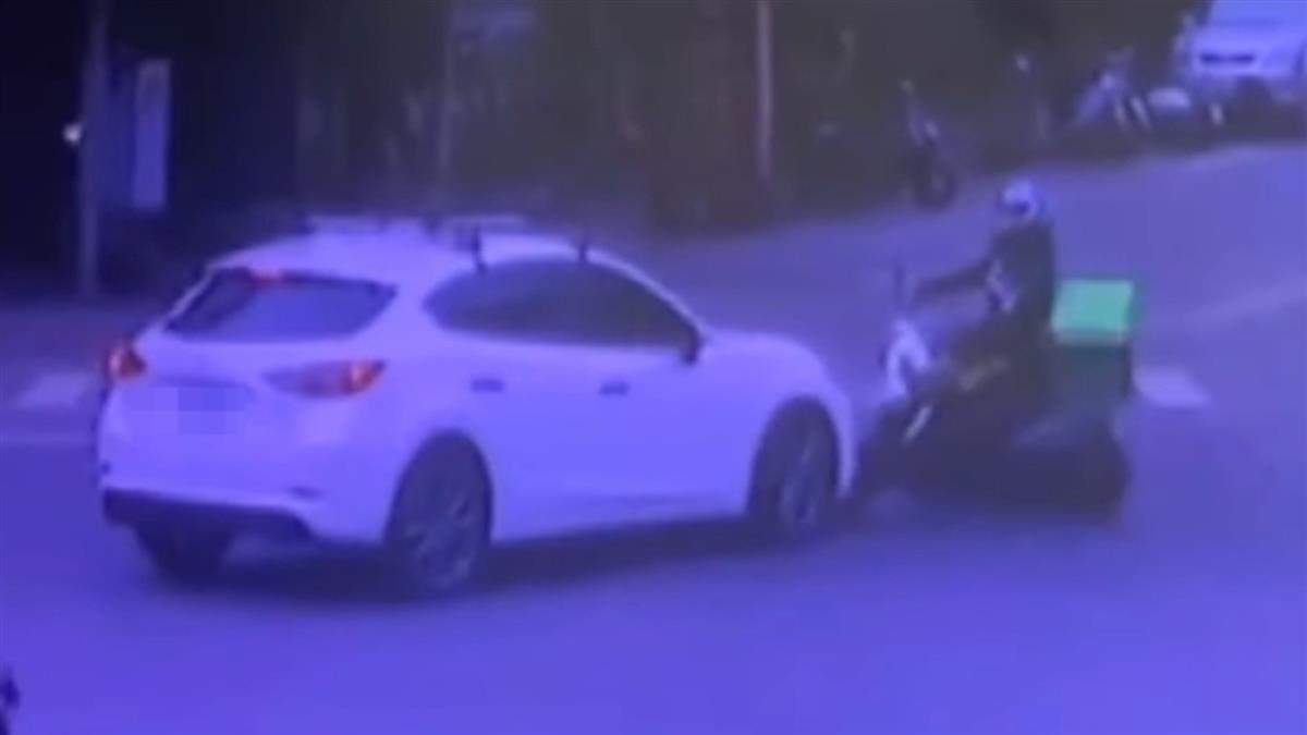 外送員與汽車事故 「無人」機車失控衝入麵館