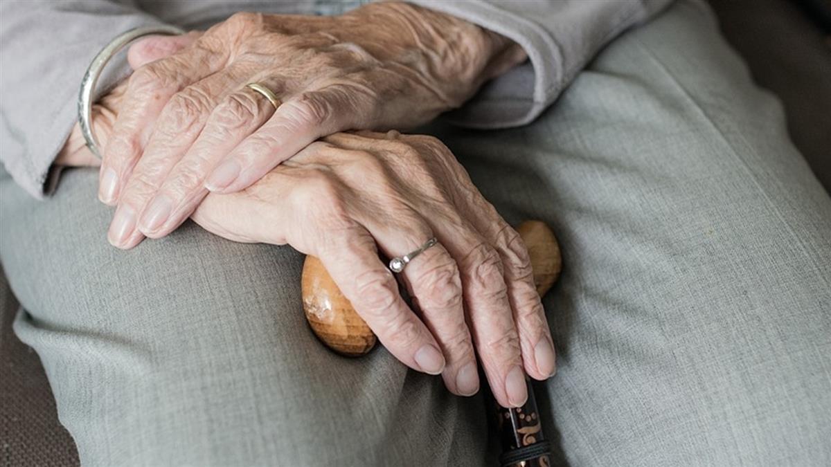 79歲阿嬤不滿足!脫衣誘惑鄰居失敗 惱羞分屍藏菜園