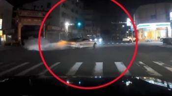 扯!馬路當賽車場 轎車十字路口甩尾「燒胎」