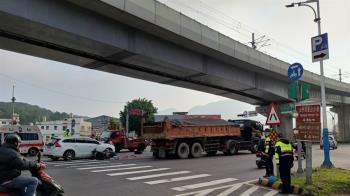 快訊/新北21歲女騎士擦撞倒地 下秒遭砂石車輾過慘死