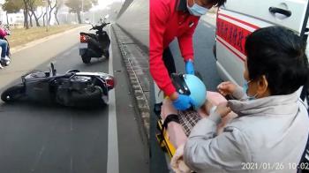 嘉義婦騎車風吹口罩遮眼 失控摔傷大腿肉被割開