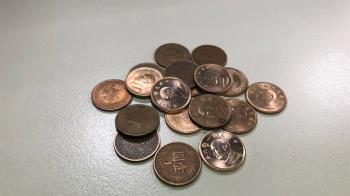 小弟弟拿大把1元買可樂 店員一問原因...秒請客還升級