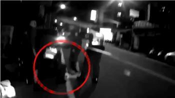 好心被雷親!警關心路倒酒醉男 遭毆打受傷