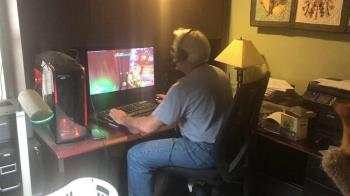 65歲爸玩遊戲弄壞3張椅子 激烈狂晃4D動感片曝光