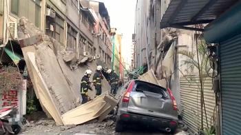 剛地震!高雄舊戲院外牆塌壓扁車 民宅老人嚇壞撤離