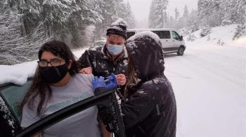 「來一支嗎?」受困大風雪憂疫苗過期 公衛人員就地拉志願者