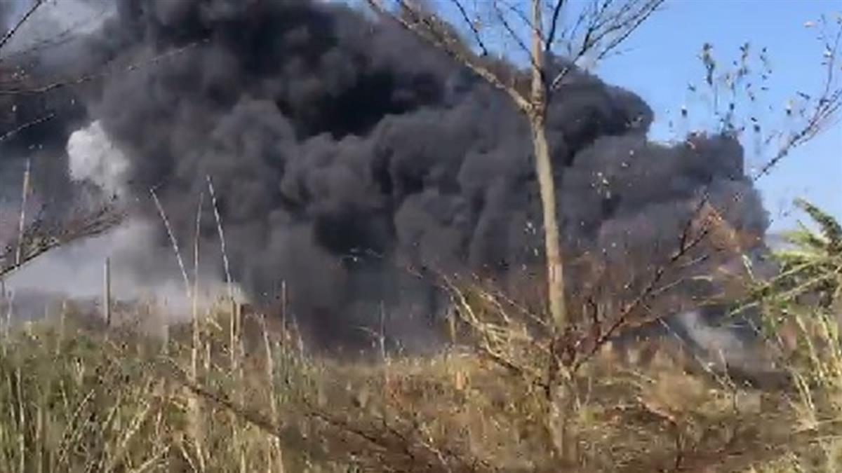 快訊/桃園機場附近大火!濃煙蔓延跑道 消防救援中