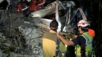 水泥車翻覆摔落30米深山谷 駕駛困車內重傷