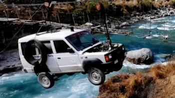 尼泊爾村莊用繩索將首輛救護車運過河