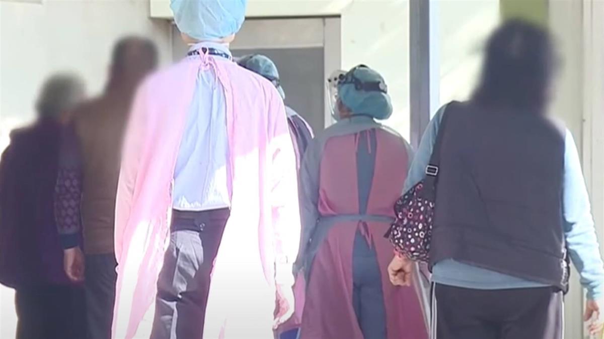 病毒傳染力強!候診坐前後排皆戴罩 接觸15分染疫
