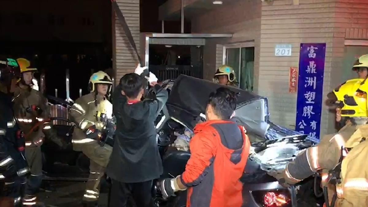 台江大道自撞6人全亡!轎車折成ㄑ字 90度甩尾原因找到了