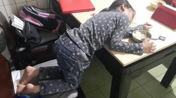 女兒麵吃一半「斷電秒睡」嚇傻她 兒科醫急喊:千萬別叫醒