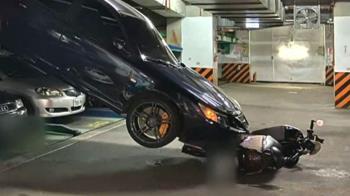 停機械車位忘拉手煞車 車從天降險砸傷騎士