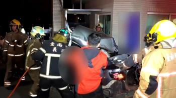 自小客疑飆速失控 180度甩尾撞工廠 6人全身亡