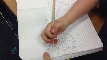 2手掌X光對比照瘋傳 專家急喊:別逼學齡前孩子寫字