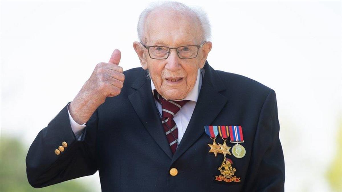 為英國抗疫籌款的「英雄」湯姆·摩爾爵士因新冠逝世,終年100歲