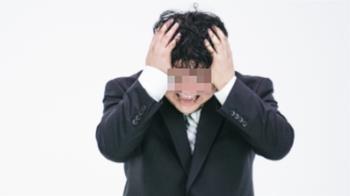 頭上膿包40年未消!一摳流出臭血 醫驚:有攝護腺組織