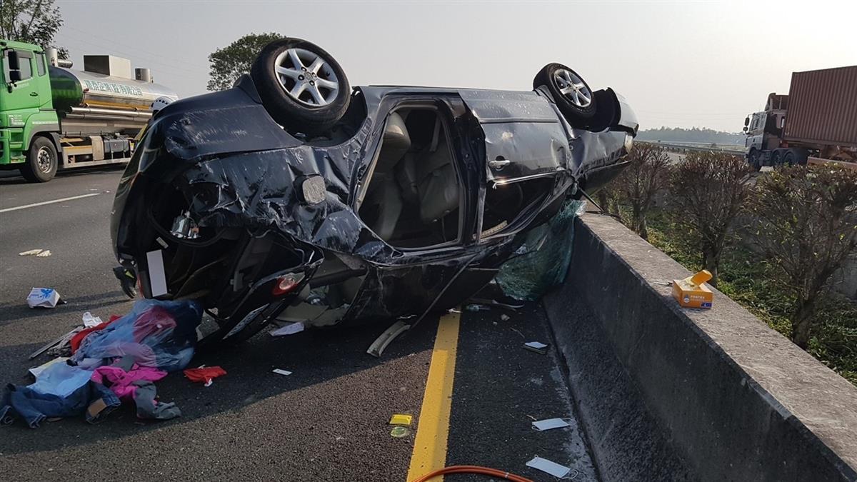 快訊/國道1號轎車翻覆!女駕駛頭顱破裂慘死 3乘客受傷送醫