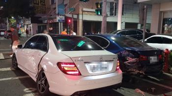 高雄凌晨賓士撞BMW 警驗出駕駛有酒精反應