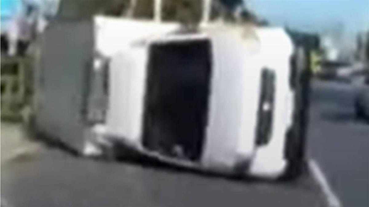 女開貨車遭撞翻昏迷 勇警狂敲窗喚醒「快開門」