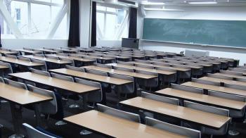 中學校長遭控與女學生不倫 朝會掏槍百人尖叫逃竄