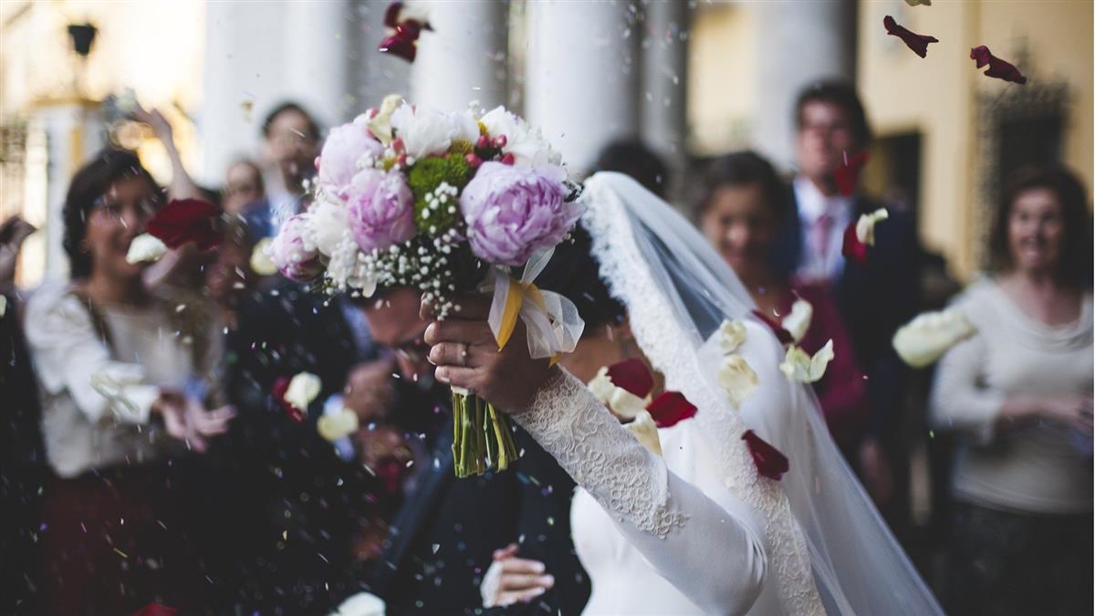新郎和賓客起衝突「遭開6槍慘死」 她剛結婚就成寡婦