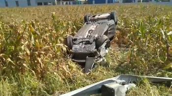 兩車碰撞!轎車衝玉米田翻覆 護欄被撞毀