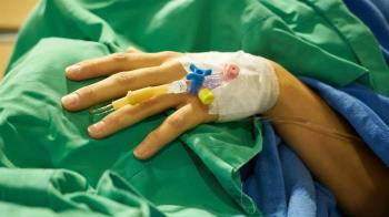 肚痛1個月!少年雙腿癱軟不能走了 醫嚇壞:胸長腫瘤