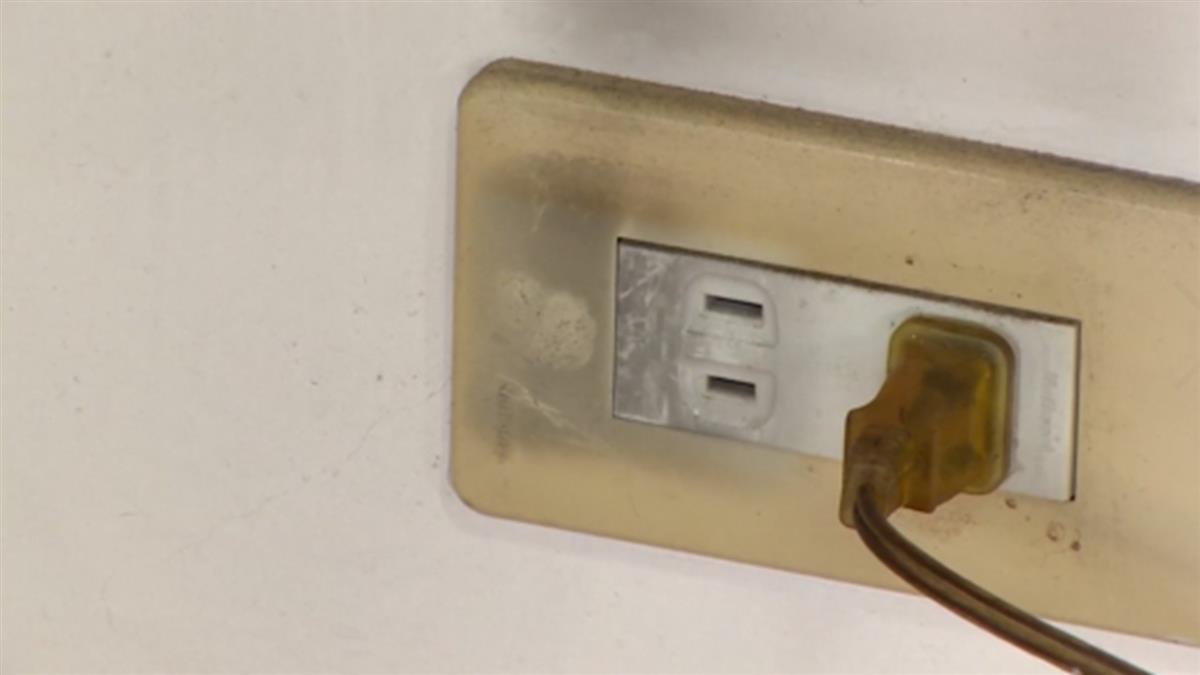 插座沒使用也恐起火!水電師傅:牆壁潮濕易使插座導電