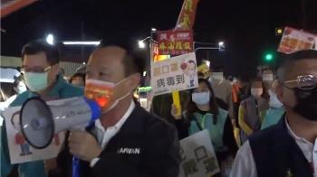 翁章梁突擊朴子夜市 民眾搶握手沒戴好口罩