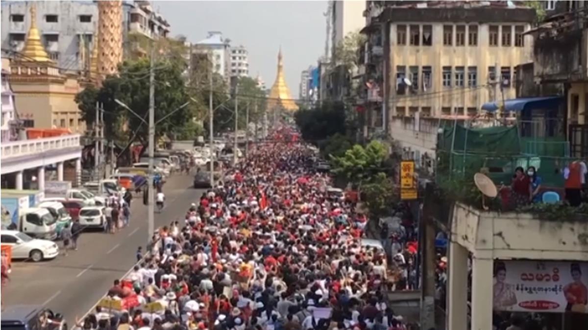 臉書直播影音顯示 緬甸警方鎮壓抗議民眾傳出槍響