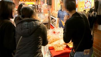 不甩規定!迪化街買年貨仍給試吃 攤商:戴口罩下吃沒問題